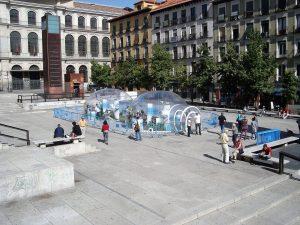 Bulles gonflables transparentes sur la place d'une grande ville