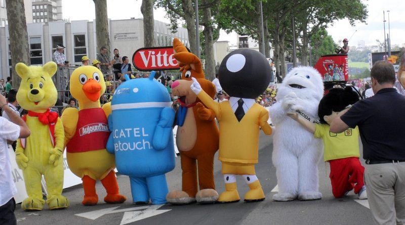 Plusieurs mannequins portants de costumes publicitaires Ditechna lors d'une course