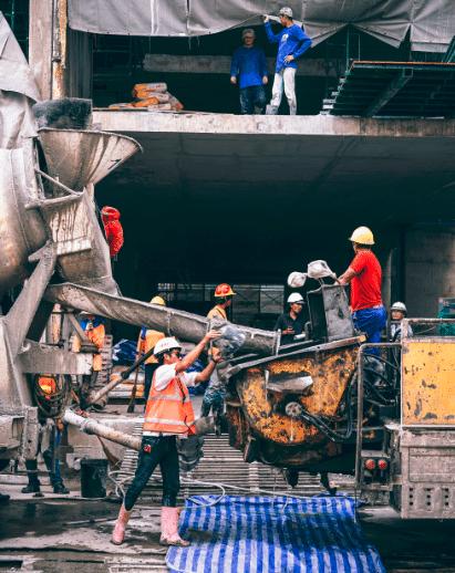 Ouvriers en train de travailler sur un chantier de construction BTP