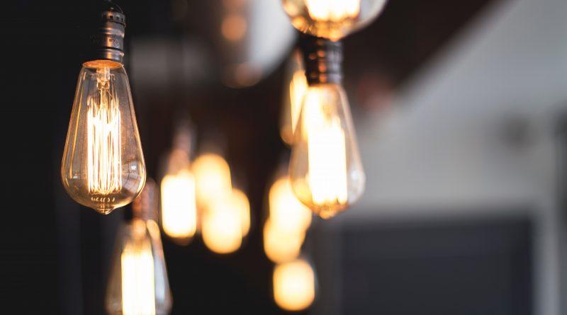 Ampoules allumées avec fond flou