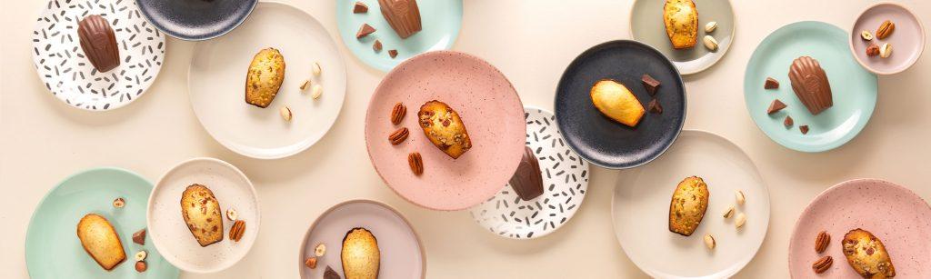 Madeleines de la Maison Colibri posées dans des assiettes de couleurs