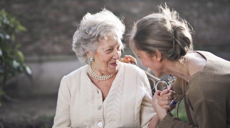 Deux femmes âgées qui discutent et se tiennent la main