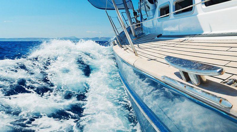 Yacht qui fait des vagues