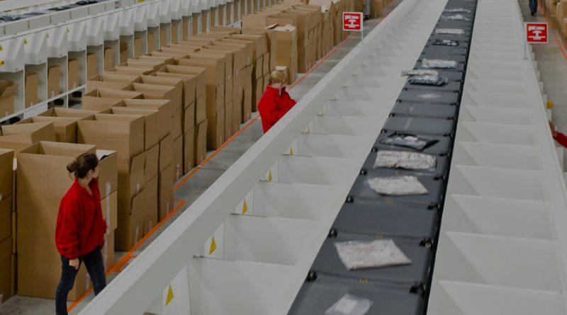 personne travaillant dans un entrepôt de logistique