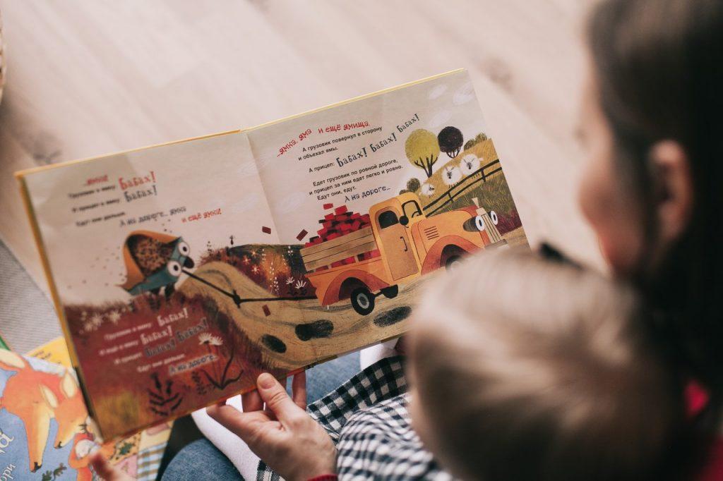 femme qui lit une histoire à un enfant