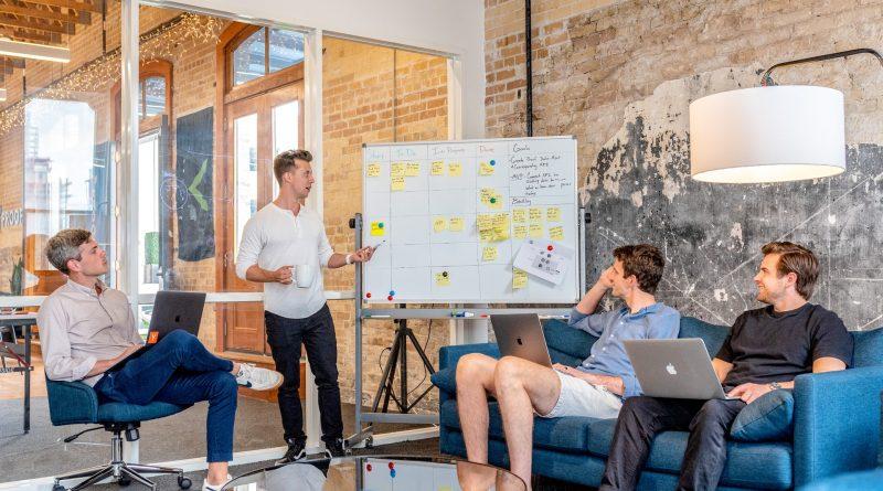 réunion autour d'un tableau avec un business model