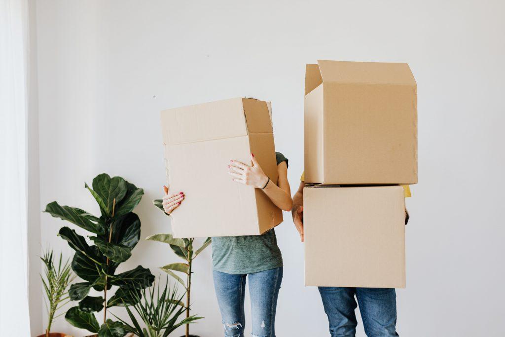 couple avec des cartons