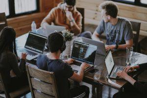 personnes dans un bureau avec des ordinateurs